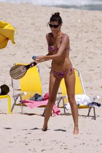 Изабели Фонтана, фото 350. Isabeli Fontana At The Beach In Rio - 24/01/11, foto 350