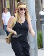 http://img220.imagevenue.com/loc1049/th_101983718_Hilary_Duff_shopping_at_Intermix13_122_1049lo.jpg