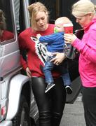 http://img220.imagevenue.com/loc1163/th_548205223_Hilary_Duff_shopping_in_West_Hollywood4_122_1163lo.jpg